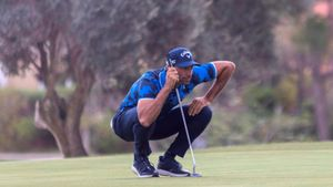 Álvaro Quirós estudia un putt en la tercera vuelta del Mallorca Golf Open
