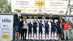 Ineos en el podio de La Volta