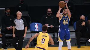 Curry encabezó la victoria de los Warriors