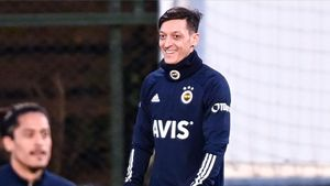 Özil en su primer entreno como futbolista del Fenerbahçe