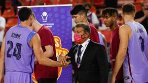 Laporta, con el equipo tras la final de la Lliga Catalana