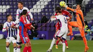 Jordi Masip despeja de puños durante el partido entre Valladolid y Elche