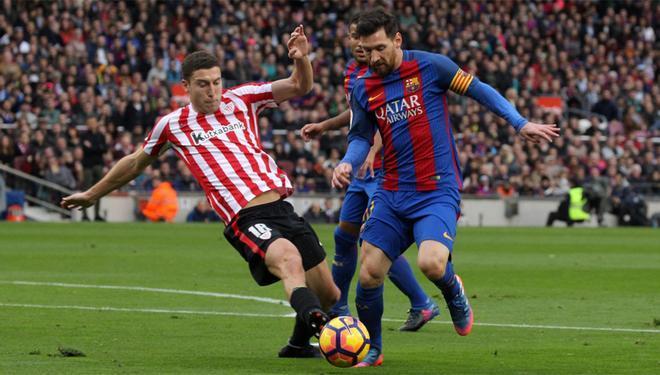 Óscar de Marcos y Leo Messi en el último Athletic Club - Barça de la Liga 2016/17