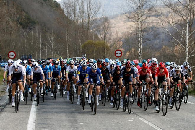 La UCI suaviza la norma de expulsión por tirar bidones en la cuneta