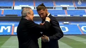 Florentino entrega a Sergio Ramos la insignia de oro y brillantes del club