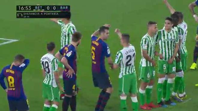 Marcar por la escuadra es esto: el increíble lanzamiento de falta de Messi