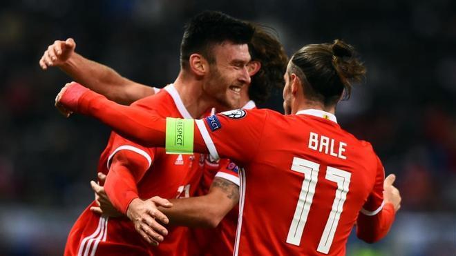 Bale celebra el 0-1 de Gales con su compañero Moore
