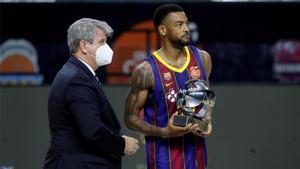 Higgins, recibiendo el galardón de MVP