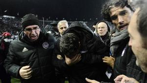 Momento en que Óscar fue retirado del campo tras recibir la agresión