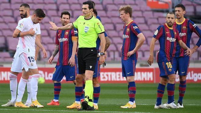 El colegiado Martínez Munuera en el Camp Nou