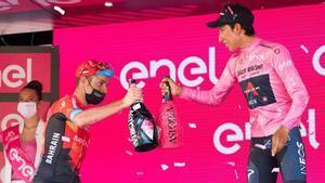 Bernal saluda a Damiano Caruso, segundo en el podio tras completar un brillante Giro.