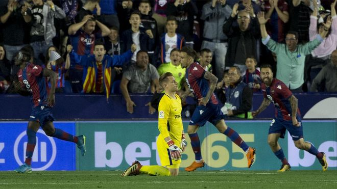 Los jugadores del Levante celebran uno de los cinco goles que marcaron en una noche histórica en el Ciutat de València