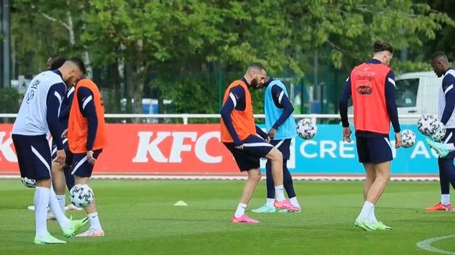 Benzema en su primer entrenamiento con la selección de Francia tras cinco años