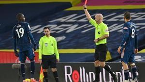 El mediocampista marfileño nacido en Francia del Arsenal, Nicolas Pepe, recibe una tarjeta roja del árbitro de atch Anthony Taylor durante el partido de fútbol de la Premier League inglesa entre Leeds United y Arsenal