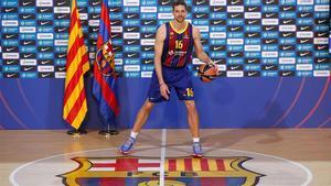 Pau Gasol se viste de corto en su presentación con el Barça