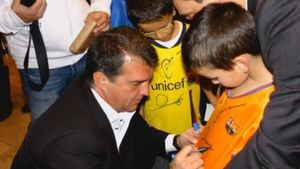 Laporta le firmó un autógrafo en la camiseta a un jovencísimo Pedri