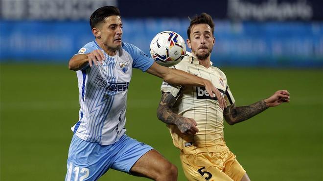 Chavarría disputando un balón con Calero, en el Málaga-Espanyol de la primera vuelta