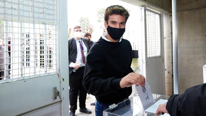 Riqui Puig, que en la última jornada no tuvo minutos, depositó su voto en el Camp Nou
