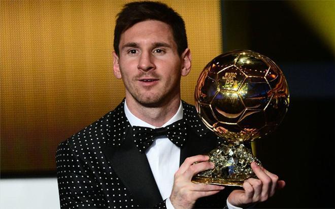 Leo Messi posando con su cuarto Balón de Oro