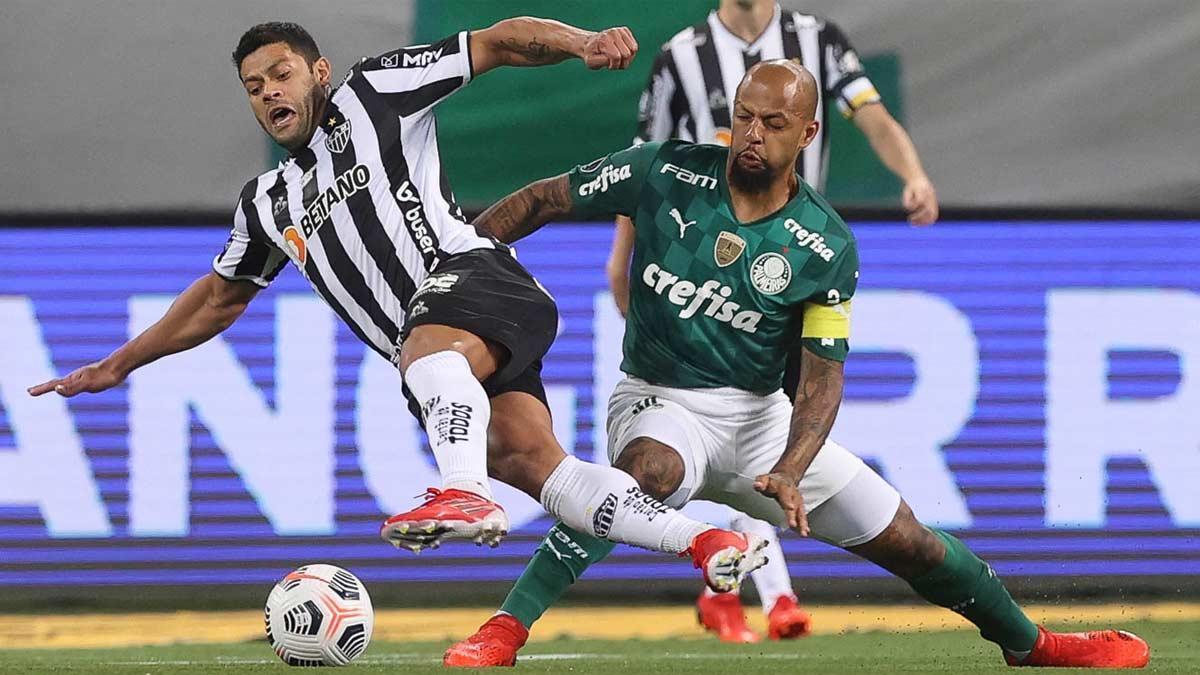 Hulk y Felipe Melo luchan por un balón