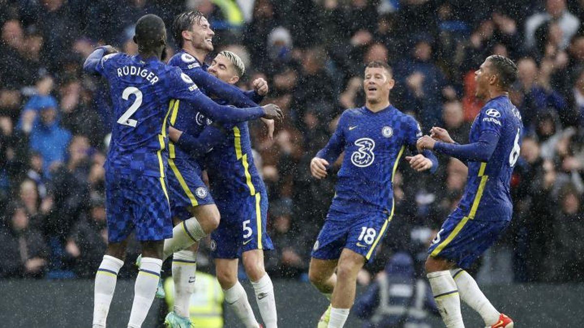 Con cinco victorias, un empate y una derrota, el Chelsea lidera la Premier League