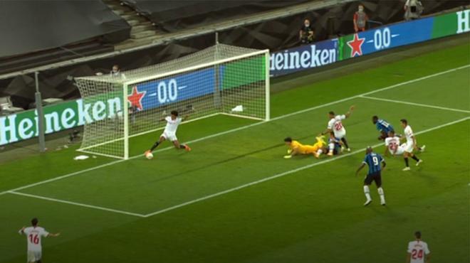 Koundé salvó en línea de gol el empate a tres del Inter