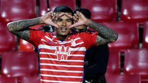 Kenedy, celebrando un gol con la camiseta del Granada
