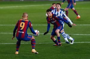Martin Braithwaite y Pedri durante la primera semifinal de la Supercopa de España de fútbol que se disputa en el Nuevo Arcángel, en Córdoba