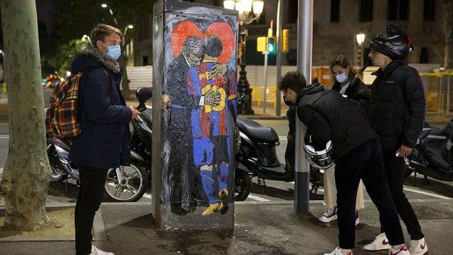 Joan Laporta y Leo Messi se abrazan con un gran corazón gigante de fondo; la última obra de TV Boy