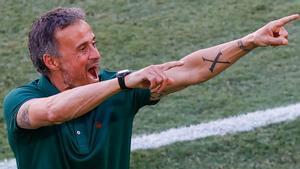 Luis Enrique celebra uno de los goles de la selección española contra Eslovaquia