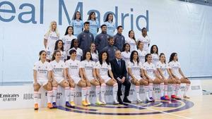 Florentino con el equipo femenino del Real Madrid