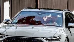 Neto entrando con su coche en casa de Messi