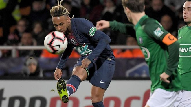 Neymar celebró su partido número 50 con el PSG con gol.