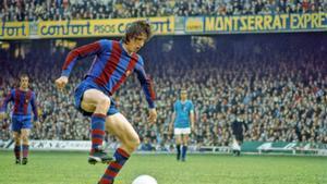 Johan Cruyff controla el balón en el Camp Nou