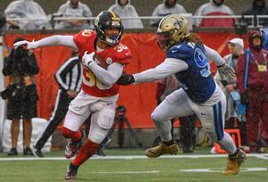James Conner # 30 de los Pittsburgh Steelers evade a Cameron Jordan # 94 de los New Orleans Saints en el segundo trimestre durante el Pro Bowl NFL 2019 en el Camping World Stadium en Orlando, Florida.