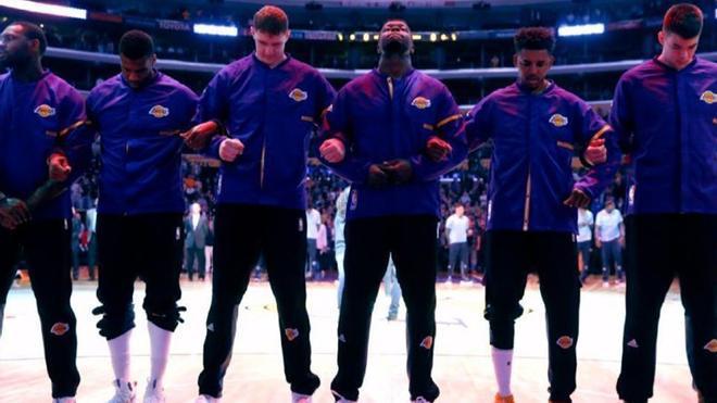 Los jugadores deberán escuchar el himno nacional de pie