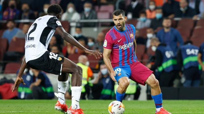 El Kun Agüero disputó sus primeros minutos con el Barça ante el Valencia