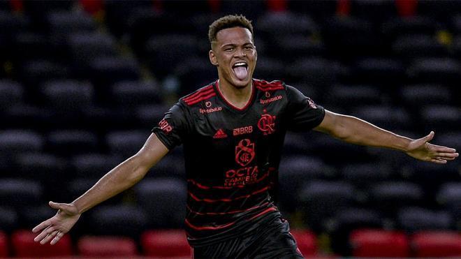 Rodrigo Muniz celebra uno de los dos goles que marcó con el Flamengo