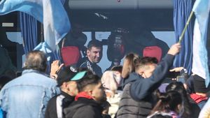 Leo Messi, con la Copa América en sus manos, en el bus a la llegada a Buenos Aires
